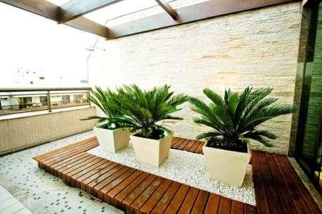 24. Decoração com vasos para plantas quadrados .