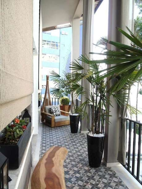 23. Vasos grandes para plantas ficam lindos na decoração de varandas.