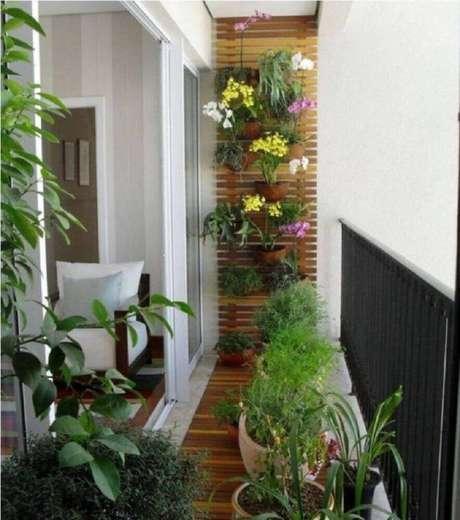 27. Decoração varanda com vasos de plantas