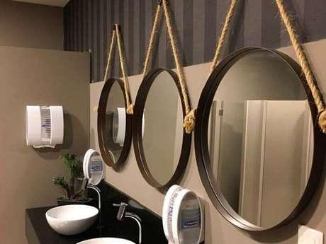 24. Design metálico para a moldura para espelho redondo de banheiro. Fonte: Ideia Brasil