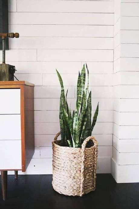 10. Cesto de corda como suporte para vasos de plantas.