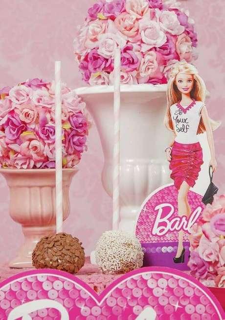 54. Festa da barbie com docinhos na mesa – Por: Pinterest