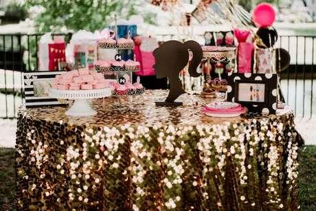 62. O dourado na decoração de festa da barbie destaca o glamour da boneca – Por: Karas Party Ideas