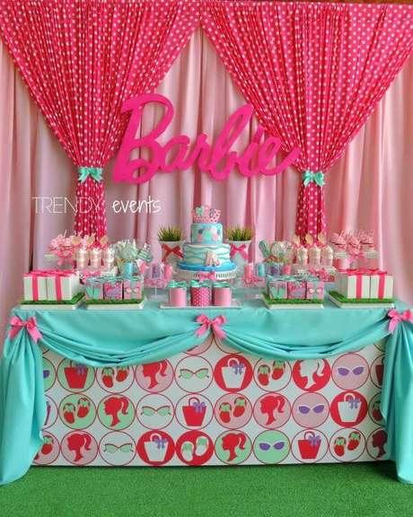 64. Festa da barbie na piscina com detalhes em azul e rosa – Por: Pinterest