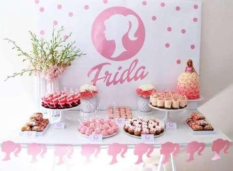 73. Branco e rosa são cores lindas para usar na decoração de festa da barbie – Por: Lifes Little Celebration