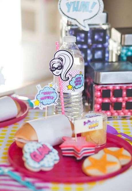 76. Doces e lanchinhos personalizados para servir durante a festa da barbie – Por: Pinterest