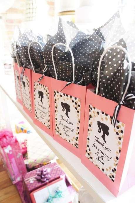 78. Lembrancinhas de festa da barbie com sacola personalizada – Por: Karas Party Ideas