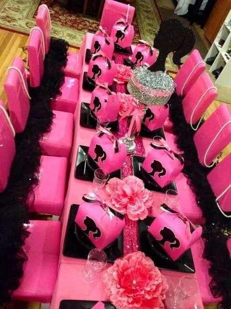 11. Mesa decorada com necessaries de maquiagem de presente para as crianças – Por: Pinterest
