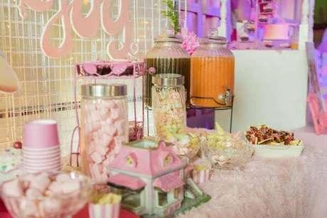 14. A mesa de doces para festa da barbie deve ser bem caprichada – Por: Karas Party Ideas