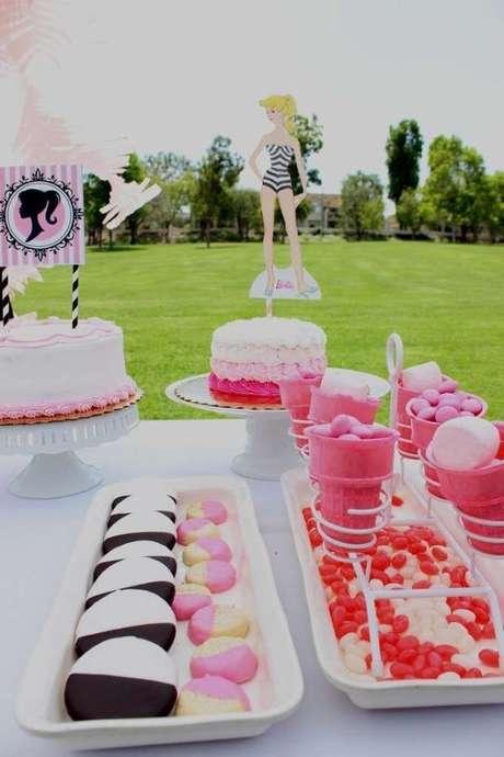 15. Mesa de doces para festa da barbie na piscina – Por: Pinterest