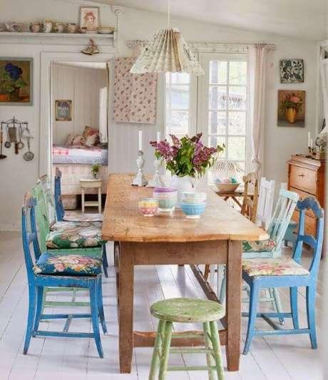 43. Mesa de jantar com almofada no assento – Por: Asset Project