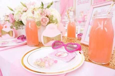 16. Mesa de festa da barbie personalizada com óculos e pulseira da barbie para as crianças – Por: Karas Party Ideas