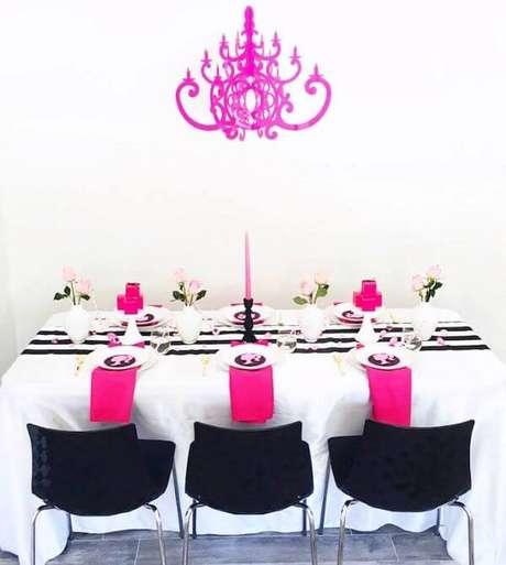 17. Mesa para festa da barbie preto, branca e pink – Por: Karas Party Ideas