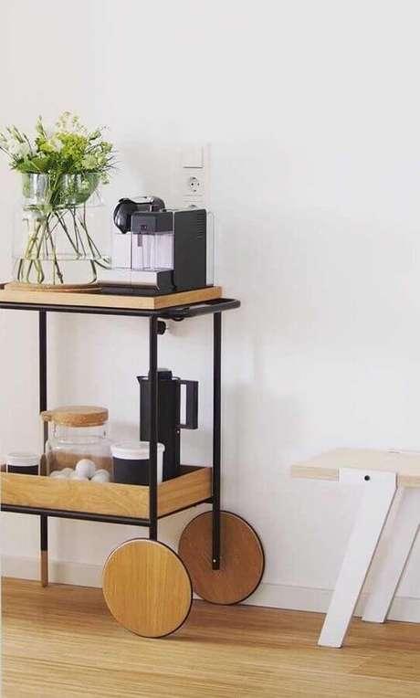 50.. Lindo modelo de aparador para café todo em madeira com estrutura de ferro – Foto: Pinterest