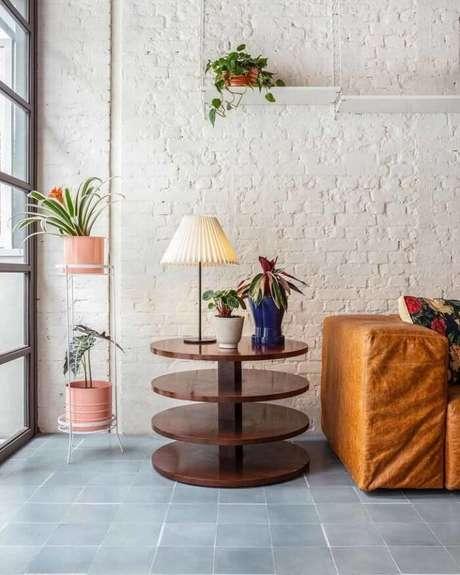 48. Modelos de vasos de plantas decoram a sala de estar. Fonte: Mel Kawahara