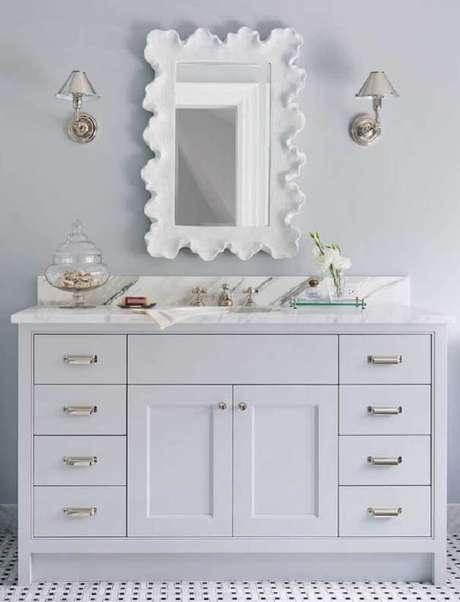 37. Moldura de gesso para espelho de banheiro feita com formas orgânicas. Fonte: Pinterest