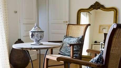 45. Moldura para espelho barroco encanta a decoração da sala de estar. Fonte: Westwing