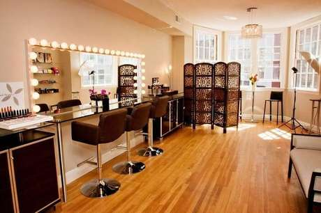 47. Moldura para espelho camarim conta com diversas lâmpadas em sua estrutura. Fonte: Pinterest