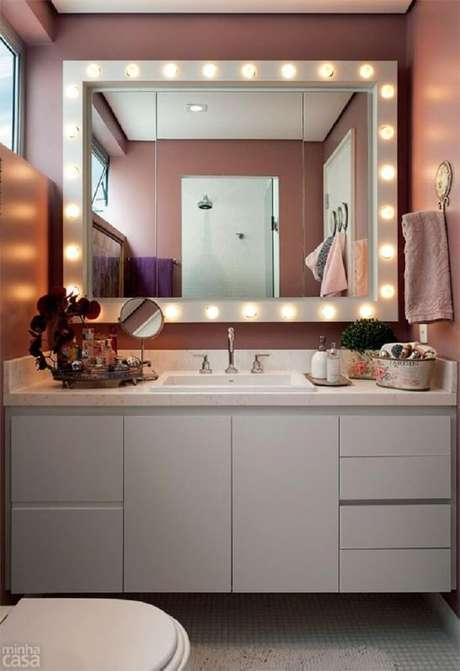 48. Moldura para espelho camarim ilumina o ambiente. Fonte: Viminas
