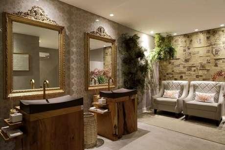 27. Moldura para espelho de banheiro delicada e dourada. Fonte: Casa Cor Alagoas 2015