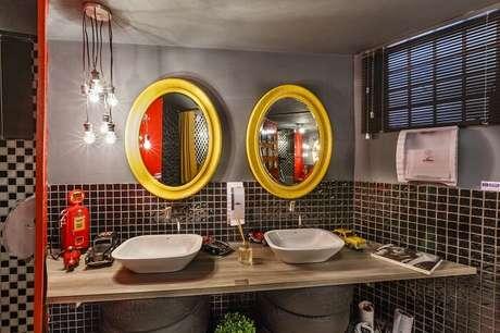 9. Moldura para espelho de banheiro em tom amarelo traz alegria para o ambiente. Projeto por Lídici Melo
