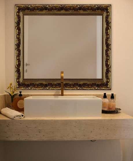 14. Moldura para espelho de banheiro provençal traz elegância para o ambiente. Projeto por Zark Studio Lab