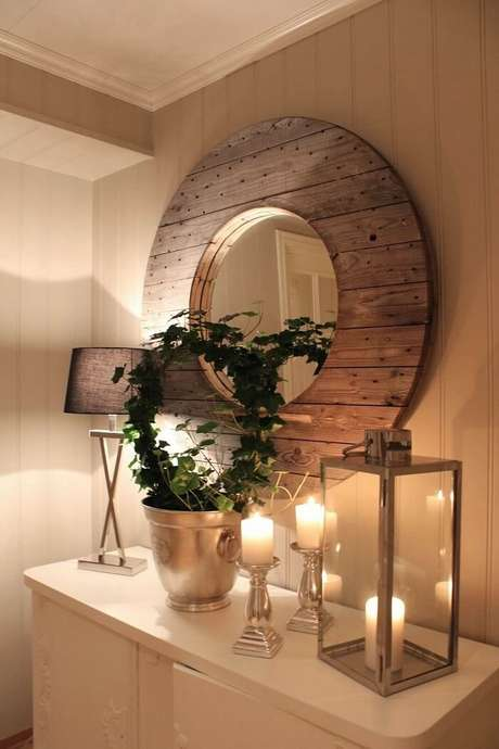 5. Moldura para espelhoem madeira completa a decoração rústica do ambiente. Fonte: Pinterest