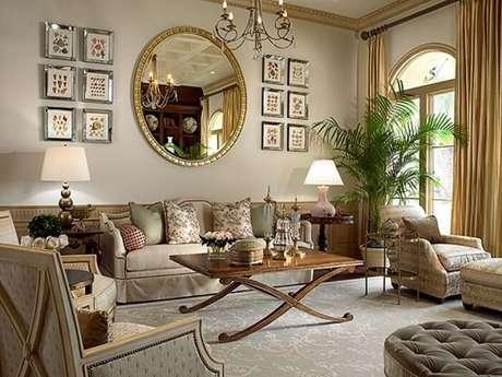 29. Moldura para espelho dourada decora a sala de estar. Fonte: Pinterest