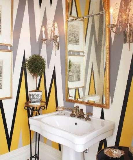 16. Moldura para espelho dourada traz sofisticação para o banheiro. Fonte: Revista Viva Decora