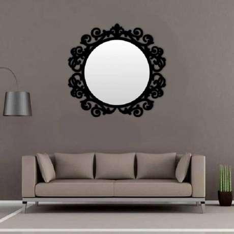 32. Moldura para espelho em MDF preto chama a atenção na sala de estar. Fonte: Pinterest