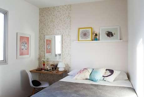 17. Moldura para espelho em tom branco complementa a decoração do quarto de casal. Projeto por Buji Decoração Reuso