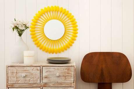 51. Moldura para espelho feita com colheres de plástico. Fonte: Pinterest