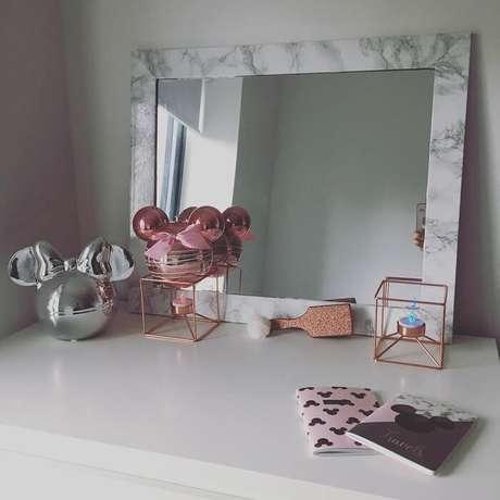 52. Moldura para espelho feito com papel que imita mármore. Fonte: TAPS M