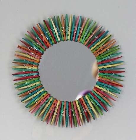 53. Moldura para espelho feito com pregadores coloridos. Fonte: Pinterest