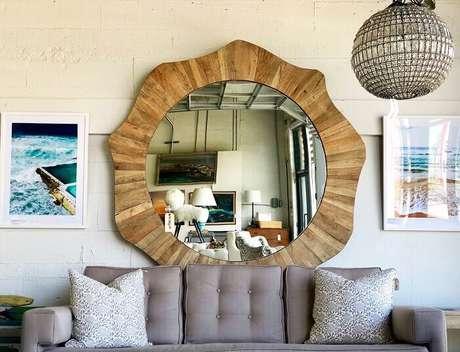 21. Moldura para espelho feito em madeira em formas orgânicas. Fonte: Pinterest