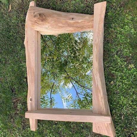 54. Moldura feita em madeira segue formato orgânico. Fonte: Colin Lewis Martin