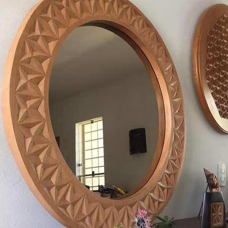55. Moldura feita em madeira traz aconchego ao ambiente. Fonte: Sérgio Monteiro de Castro
