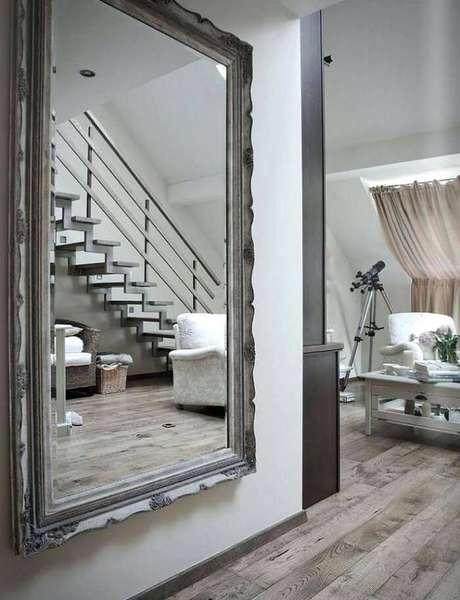 19. Moldura para espelho grande com estilo provençal fixada a parede. Fonte: Pinterest