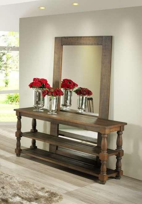 58. Moldura para espelho grande feito em madeira posicionado atrás do aparador. Fonte: Pinterest