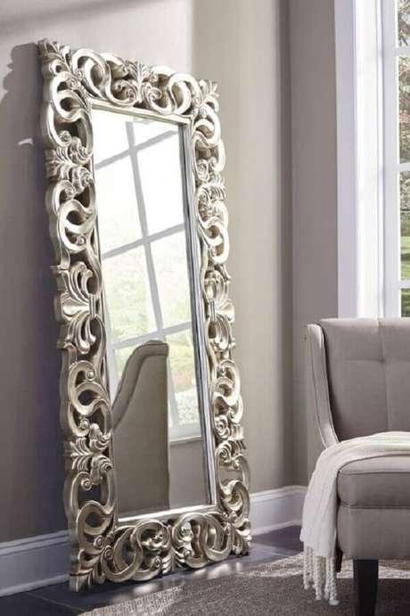 28. Moldura para espelho grande provençal encanta a de coração da sala de estar. Fonte: The Classy Home