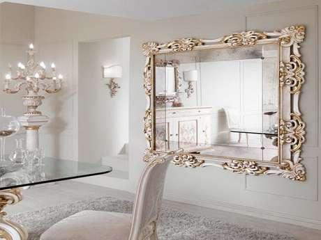 4. Moldura para espelho grande veneziano transmite sofisticação para a sala de jantar. Fonte: Menter archtetcts