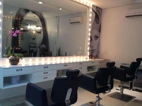 20. Moldura para espelho iluminada e cadeiras pretas encantam a decoração do camarim. Projeto por Janete Barros