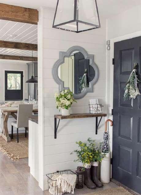 34. Moldura na cor cinza encanta a entrada de casa. Fonte: Pinterest