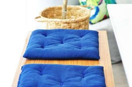44. A almofada para cadeira azul é perfeita para a varanda – Por: Condecorar