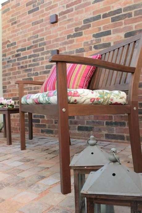 45. A almofada para cadeira de madeira é linda com estampas – Por: Graziela Von Muhlen