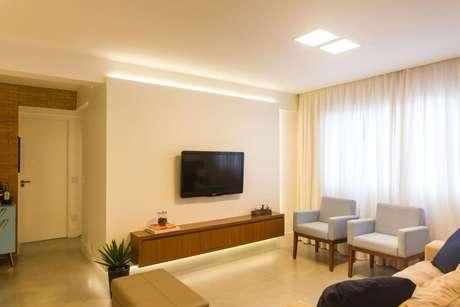 13. O rack suspenso é ótimo para compor salas de estar e quartos. Projeto de Tria Arquitetura
