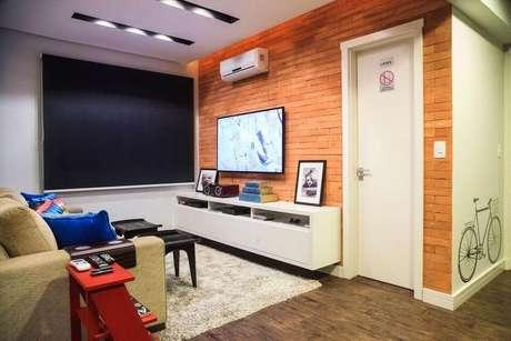 52. O papel de parede desta sala se associa muito bem ao rack suspenso. Projeto de Braccini + Lima Arquitetura