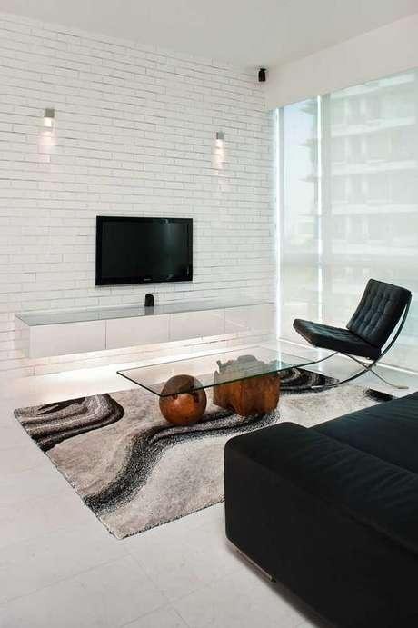 54. Até esta parede branca combina com o rack suspenso da mesma cor. Foto: Decor Fácil
