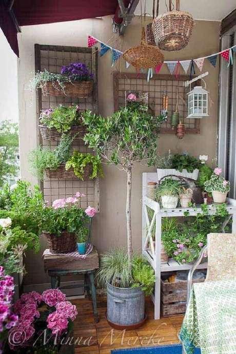 19. Decoração de varanda com muitos vasos de plantas