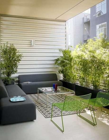40. O vaso de planta garante mais vida para a decoração do ambiente.